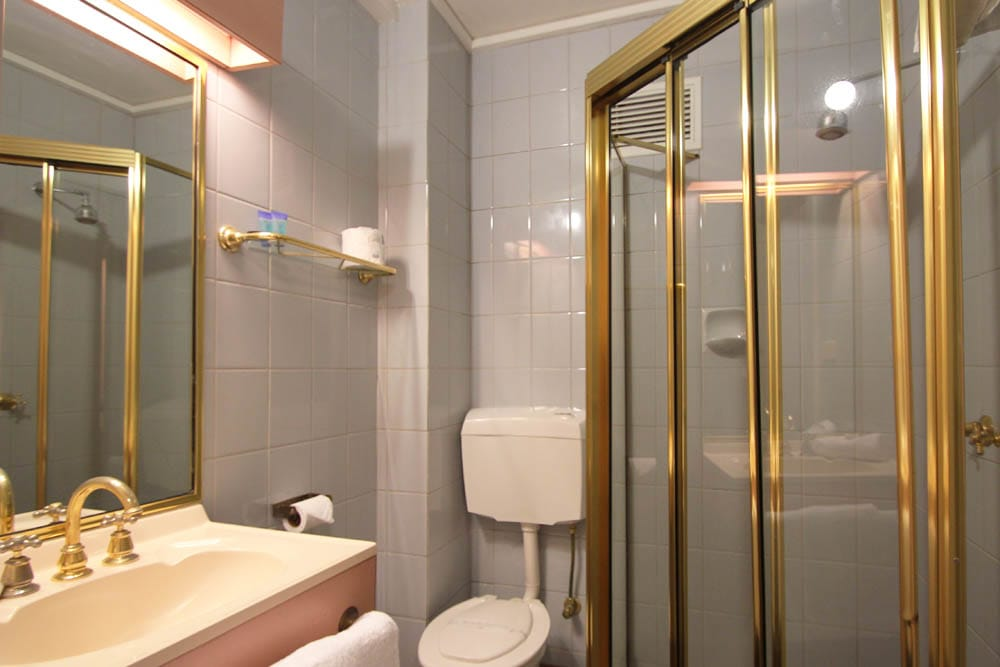 Standard Queen Room Bathroom | Beaumaris Accommodation