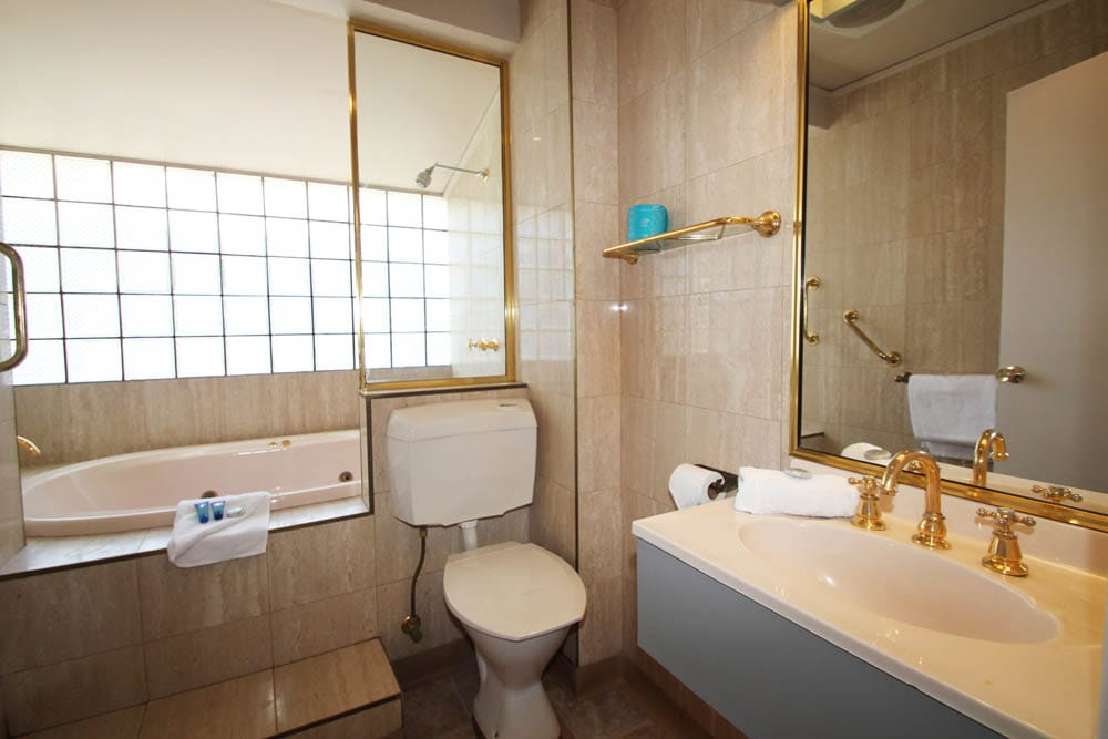 Queen Double Spa Room Bathroom | Accommodation Beaumaris