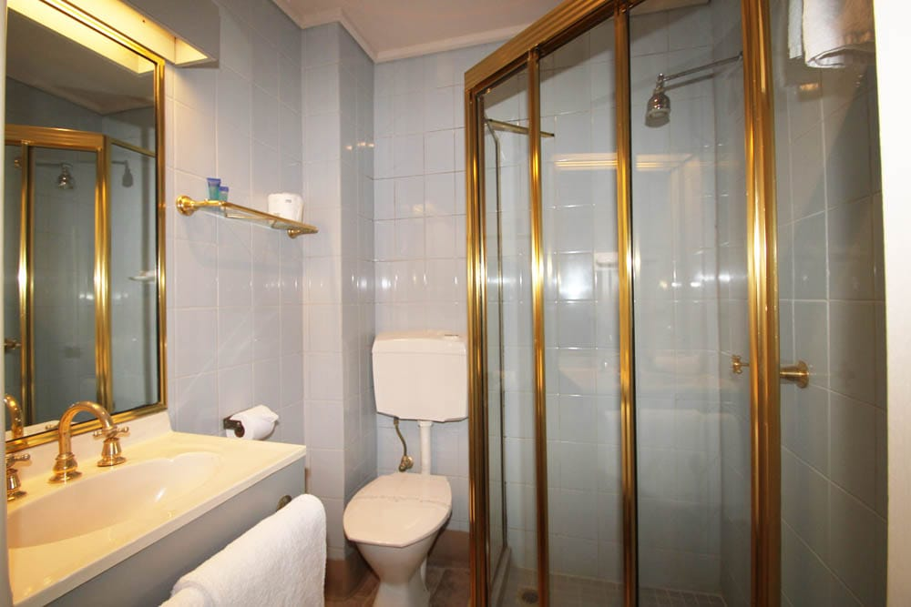 Twin Room Bathroom | Accommodation Beaumaris